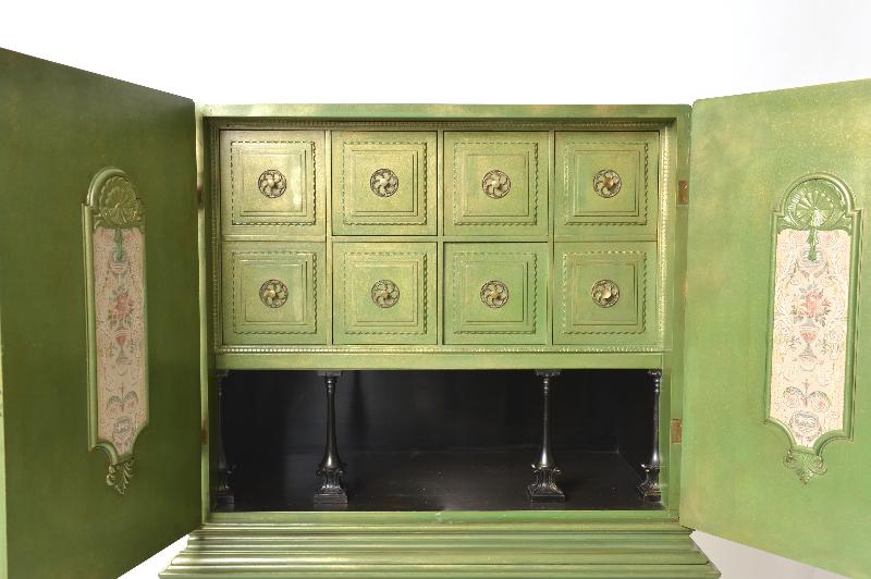 grönt skåp öppet